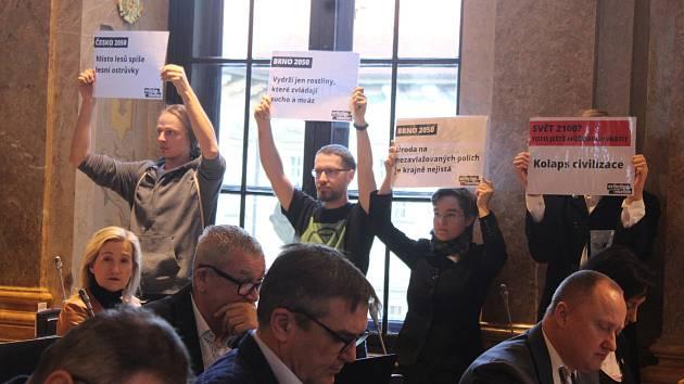 Aktivisté z hnutí Extinction Rebellion požadovali v úterý ráno na zasedání brněnského městského zastupitelstva, aby město vyhlásilo stav klimatické nouze.