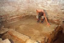 Při průzkumu Mincmistrovského sklepení poblíž Nové radnice odkryli archeologové středověkou kočičí dlažbu.