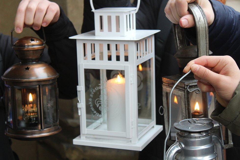 Do dalších měst v republice Betlémské světlo skauti rozvezou v sobotu 19. prosince.