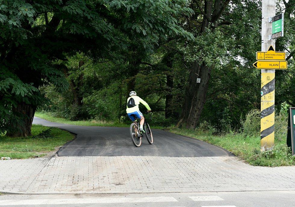 Cyklostezka podél řeky Svratky s novým povrchem.