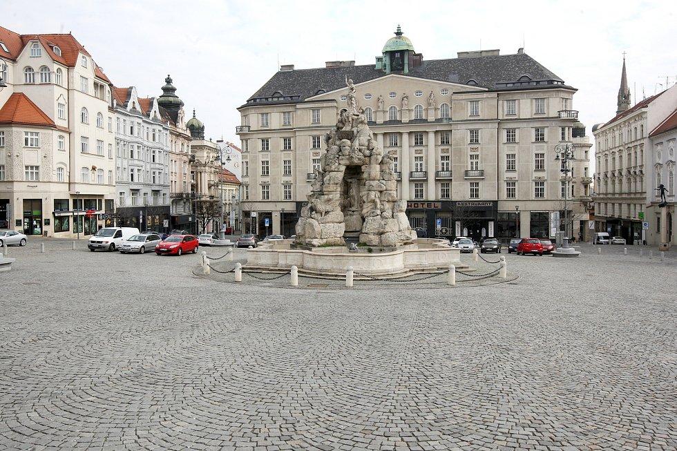 Brno 20.3.2020 - srovnání místa před a po zákazu pohybu bez zakrytých úst a nosu - Zelný trh