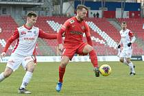 Fotbalista Adam Fousek (červená) nastoupil v dresu Zbrojovky proti bývalým spoluhráčům z Pardubic třikrát.