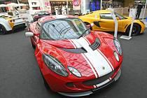 Výstava závodních aut značky Lotus v brněnské Olympii.