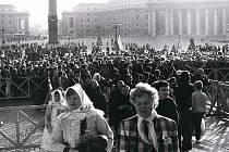 Výstava fotografií Františka Sysla zachycuje svatořečení národní patronky v roce 1989.