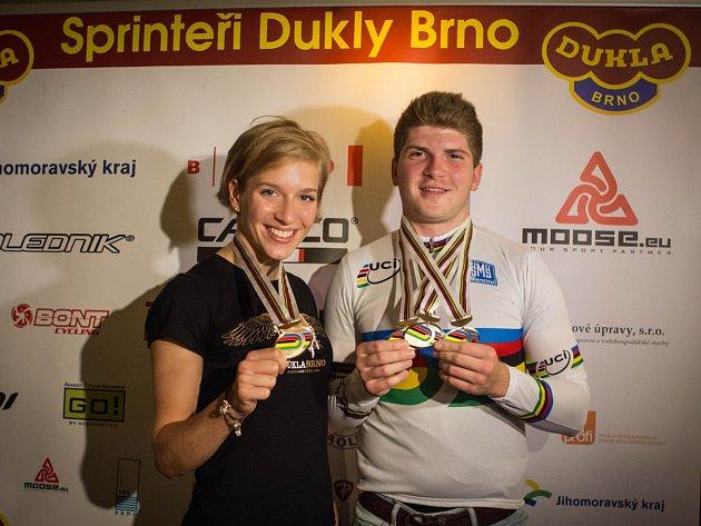 Dráhoví cyklisté Sára Kaňkovská a Jiří Janošek z Dukly Brno.