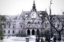 Typický snímek Německého domu na Moravském náměstí v Brně za protektorátu, kdy zde téměř trvale visel portrét Adolfa Hitlera, ve vrchní části fasády pak býval hákový kříž.