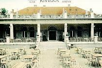 Městské říční lázně v Pisárkách nazývané Riviéra. Zahrádka byla zčásti kryta střechou restaurace, sezení pro hosty bylo i na rovné střeše.