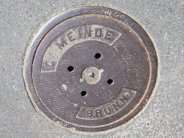 Nápis Gemeinde Brünn na poklopu kanálu.