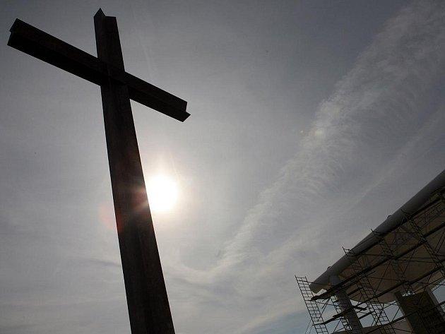 Tunový pobronzovaný kříž na brněnském letišti.