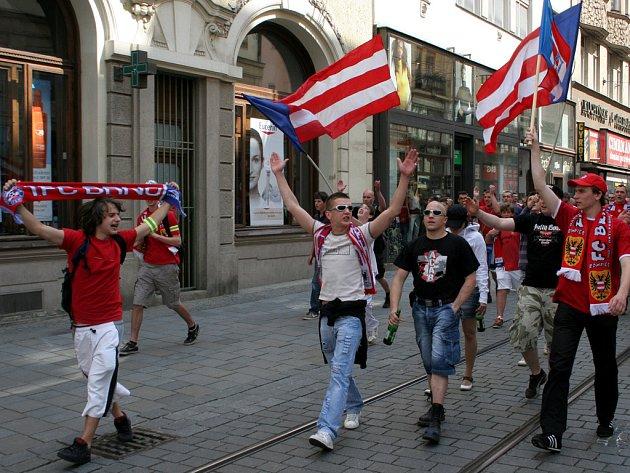 """Fanoušci ůzbrojovky"""" se vydali na pochod městem, na podporu stadionu Za lužánkami."""