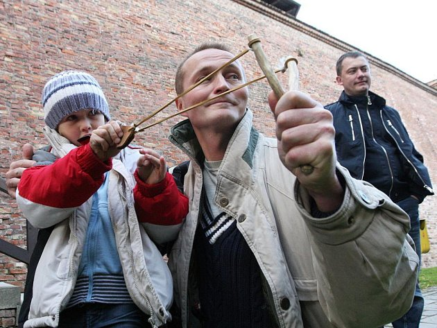 Na hradě Špilberk oslavilo o víkendu Muzeum města Brna své výročí otevřením nové výstavy i historickým programem. Každý si mohl zkusit střelbu z luků, kuší, praků i vzduchovek.