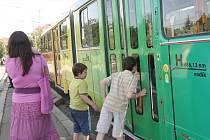 Pokřtěná tramvaj  nese logo brněnské hvězdárny a planetária, které má podpořit.
