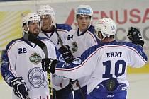 Kometa Brno porazila před 5212 diváky v DRFG Areně Slovan Bratislava 5:3. Na snímku hráči slaví gól domácího Zaťoviče na 2:0.