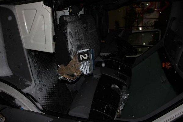 Kabina vykradeného odtahového auta cizinců.