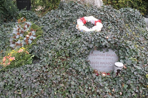 Hrob básníka Františka Halase vKunštátě.