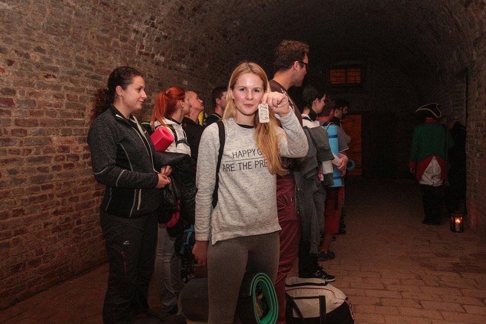 Redaktorka Brněnského deníku Rovnost Michalela Benešová (na snímku uprostřed) si spolu s dalšími zájemci aspoň na chvíli vyzkoušela tvrdý život věžňů v kasematech brněnského hradu Špilberk.