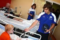 Jezdci víkendové Velké ceny silničních motocyklů navštívili pacienty Dětské nemocnice v Brně.