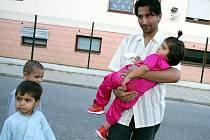 Safa Hasanni je lékař.  Čeká na azyl a v Zastávce se učí česky, aby i v Česku mohl léčit lidi