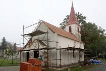 Asi měsíc budou věřící z Babic u Rosic dojíždět na bohoslužby do okolních obcí. Tamní kapli, ve které běžně kněz slouží mše, totiž obsadili zedníci a pokrývači.