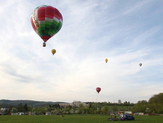Pět horkovzdušných balónů se v sobotu přesně pět minut před půl sedmou večer vzneslo do vzduchu z Rakovce u brněnské přehrady.