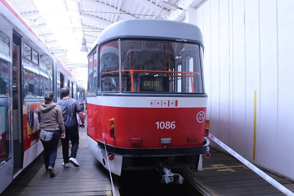 Stovky lidí zavítaly v sobotu do vozovny brněnského dopravního podniku v Medlánkách, kde se konal den otevřených dveří. Lidé si mohli prohlédnout tramvaje i autobusy.