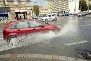 Prudký déšť zkomplikoval ve čtvrtek dopravu v Brně.