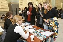 Největší studentské rádio ve střední Evropě nebo špičkové televizní studio. I na to v pátek lákala nové studenty katedra mediálních studií a žurnalistiky na dni otevřených dveří Fakulty sociálních studií Masarykovy univerzity v Brně.