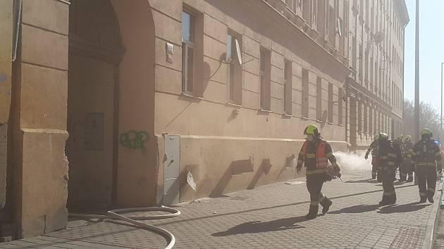 Z bytového domu v brněnské ulici Dornych museli hasiči kvůli požáru sklepa evakuovat 15 lidí.