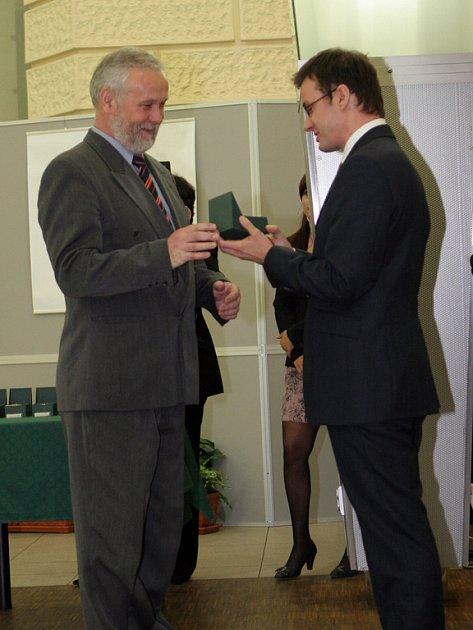 Ministr školství Ondřej Liška předává cenu emeritnímu rektorovi Eduardu Schmidtovi