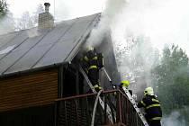 K chatě v plamenech vyjížděli v neděli ráno hasiči do Nedvědice na Brněnsku.