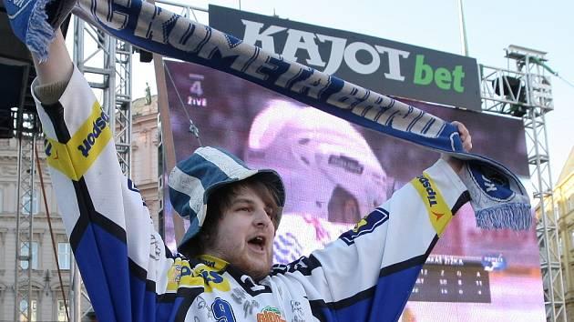 Velkoplošná obrazovka na náměstí Svobody při finále hokejové play off 2012.