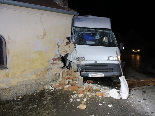 V neděli večer nezvládl v ivančické části Letkovice řízení dodávky Fiat sedmdesátiletý řidič a narazil do zdi tamní kapličky.