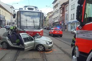 Páteční srážka tramvaje a osobního auta na Palackého třídě v brněnském Králově Poli.