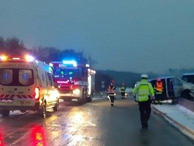 Nehoda se stala na nájezdu na dálnici D1 směrem od Rosic. Zranilo se při ní pět osob.