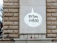Na pomník rudoarmějce na brněnském Moravském náměstí někdo načmáral vulgární vzkaz ruskému prezidentovi Vladimiru Putinovi.