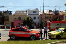 Zřejmě kvůli závadě na televizoru vypukl v pátek odpoledne v bytě v ulici Přívrat v Brně. Hasiči vyvedli dva lidi, kteří se nadýchali zplodin hoření a ošetřila je záchranná služba. Kvůli zásahu hasičů museli policisté a strážníci odklánět dopravu.
