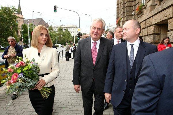 Prezident Miloš Zeman dorazil na jižní Moravu isdcerou Kateřinou. VBrně ho přivítal hejtman Jihomoravského kraje Michal Hašek.