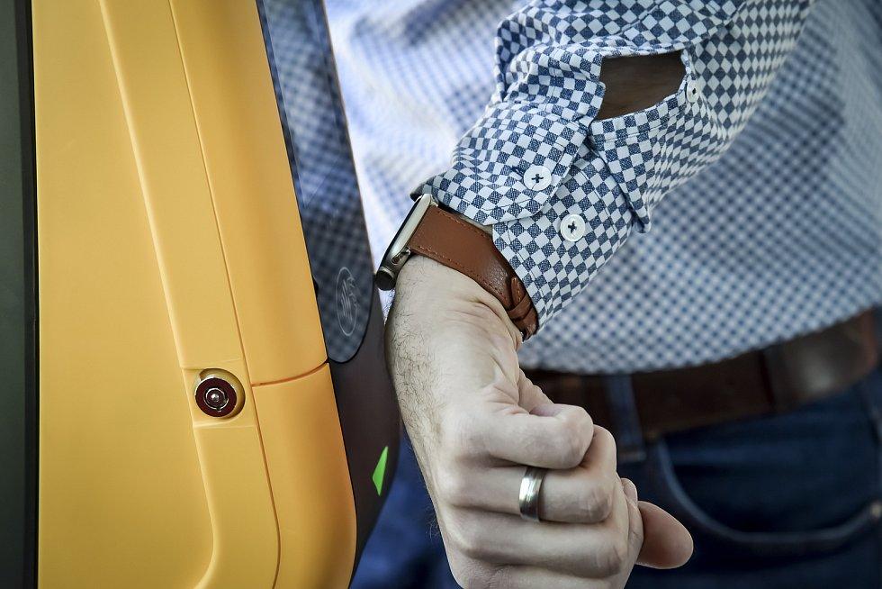 Za půl roku zaznamenal dopravní podnik téměř dva miliony bezkontaktních transakcí.