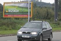 Mnoho reklamních poutačů u jihomoravských silnic je nebezpečných. Ohrožují řidiče svým nevhodným umístěním, obsahem i konstrukcí.