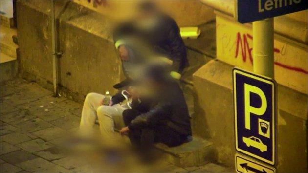 Mladíci nalévali do opilého muže vodku, pak mu ukradli telefon