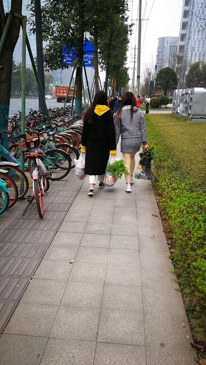 Žena s nákupem v čínském Chengdu.