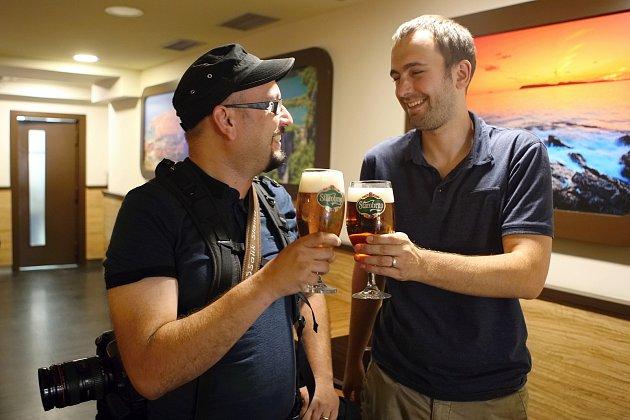 Seriál Hovory nad pivem sfotografem Jiřím Salikem Slámou (vlevo).