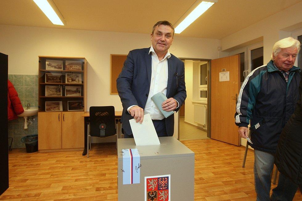 Pozadu v hlasování za ostatními voliči nezůstal ani primátor Petr Vokřál. Odvolil ve svých domovských Kníničkách.