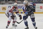 Hokejisté brněnské Komety v 47. extraligovém kole doma přetlačili Pardubice 2:1. Na snímku Vincour a Beran (PA).