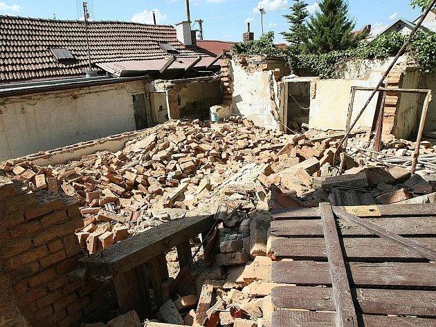 Zdemolovaný dům v brněnské Kamenné kolonii.