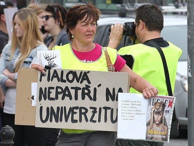 Demonstrace přibližně osmdesáti lidí proti přednášce lovkyně Michaely Fialové na Mendlově univerzitě. V protestech chtějí pokračovat, hovořili také o připravované petici a stížnosti, kterou chtějí adresovat ministerstvu školství.