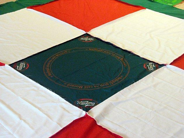 V domově důchodců Kociánka ušili největší deku v České republice ze starých triček.