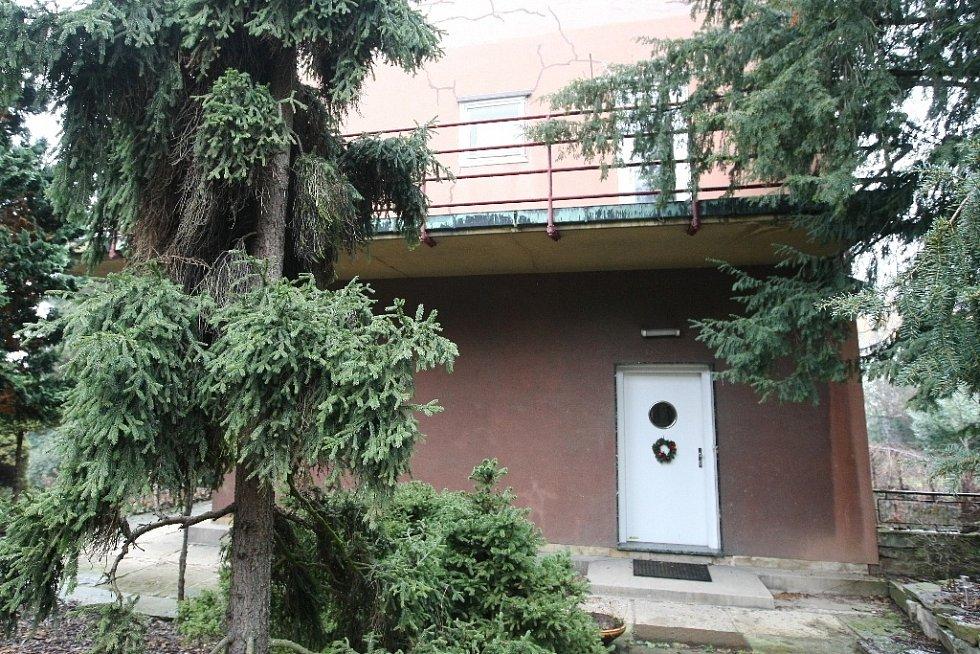 Funkcionalistickou vilu v brněnské Neumannově ulici obýval za první republiky architekt Otto Eisler s bratrem Mořicem. Stala se kulturním centrem, které navštěvovali umělci, mezi nimi například i Voskovec s Werichem.