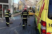 V Masarykově ulici v Brně se samovolně rozjela dodávka a přimáčkla kolemjdoucí ženu k domu.