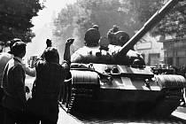 Když do Hodonína vjížděly tanky, lidé jim hrozili pěstmi.